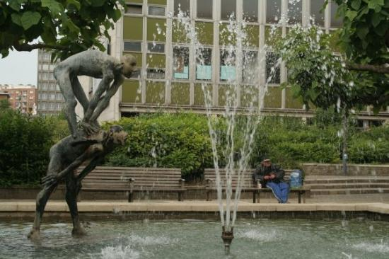 Liège, Belgia: This fountain was at the end of our street in Liege.