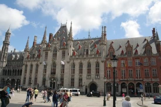 Liège, Belgia: Brugge's Grand Place. A REALLY busy place with tourist.