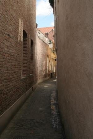 Liège, Belgia: An alley in Brugge.