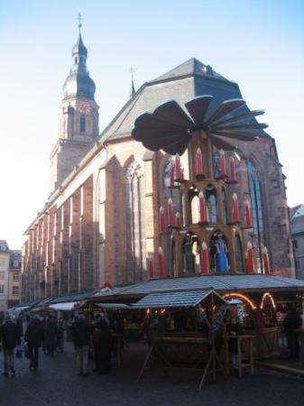 Heidelberg, Tyskland: Then I found the old city, with the Christmas Market set up dead center, right next to the churc