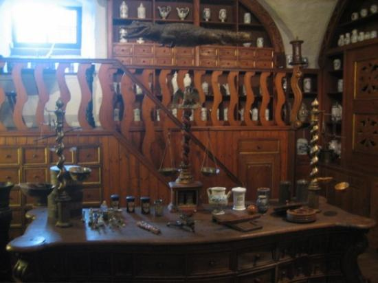 Heidelberg, Tyskland: Nice woodwork on these preserved mixing and weighing stations.  Note the alligator hanging from