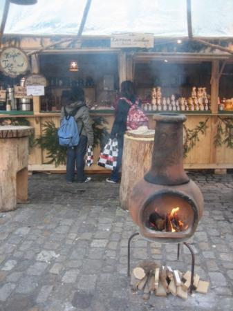 Heidelberg, Tyskland: Cozy stove warming up the food area of the market.