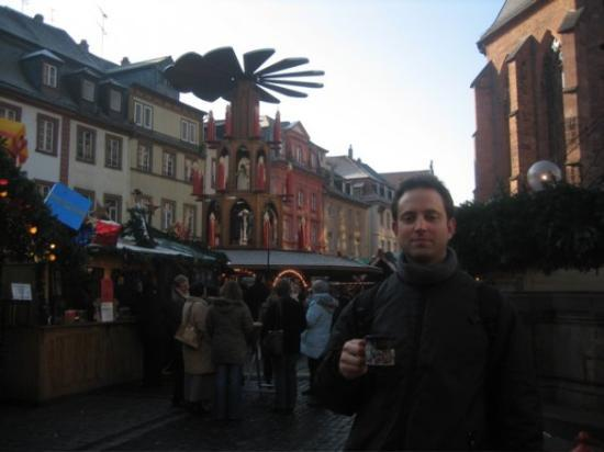 Heidelberg, Tyskland: Enjoying some hot chocolate with espresso before embarking up the steep hill to the castle.