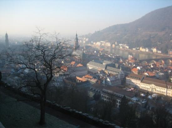 Heidelberg, Tyskland: View from the Great Terrace looking Northwest.  The spire in the middle belongs to the church ne