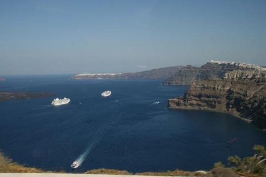 LA CALDERA - Vista dalla  parte  sud dell'isola,sullo sfondo  OIA a destra FIRA