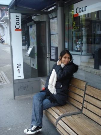 Lausanne, Sveits: Esperando el bus en Laussane