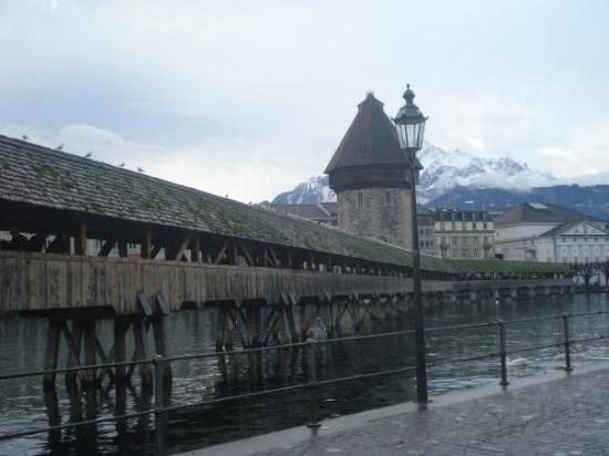 Kapellbrucke: El mismo puente, atrás, las montanhas