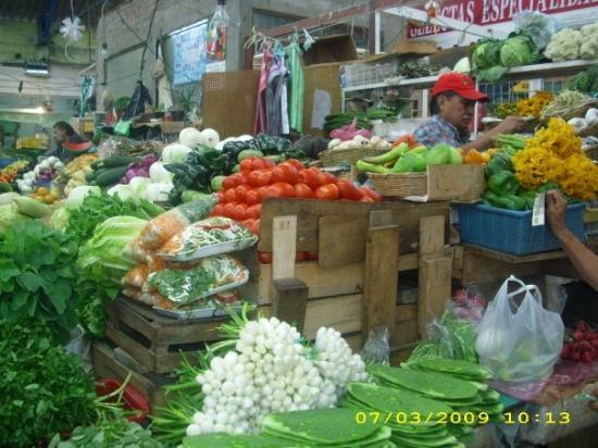Ciudad Nezahualcoyotl, Mexico: Vegetables including orange pumpkin flowers for quesadillas
