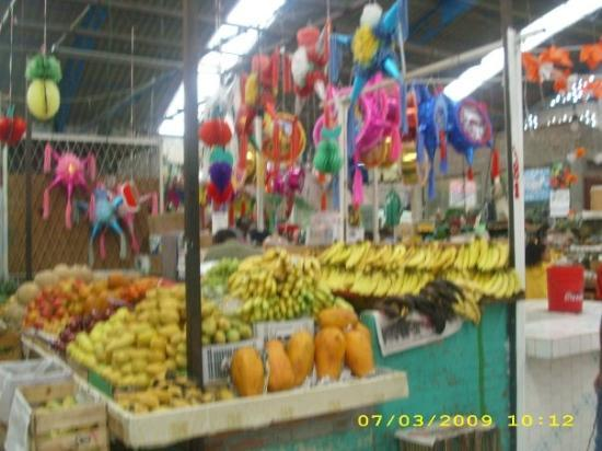 Ciudad Nezahualcoyotl, Mexico: Fruit and pinatas