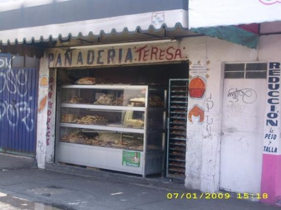 Ciudad Nezahualcoyotl, Mexico: Mexican sweet bread right next door to a weight/size reduction shop!