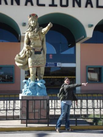 Juliaca, Perú: Manco Cápac y Mama Ocllo en una discusión sobre dónde fundar el Imperio