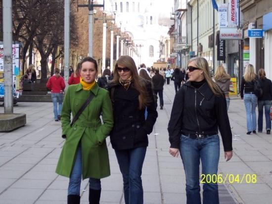 Κάουνας, Λιθουανία: The streets of Kaunas...I think she likes me...Hottt