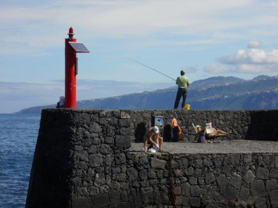 Puerto de la Cruz, Spania: Pescador an der Hafenmauer