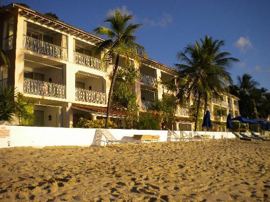 Fairmont Royal Pavilion: Hotel from beach