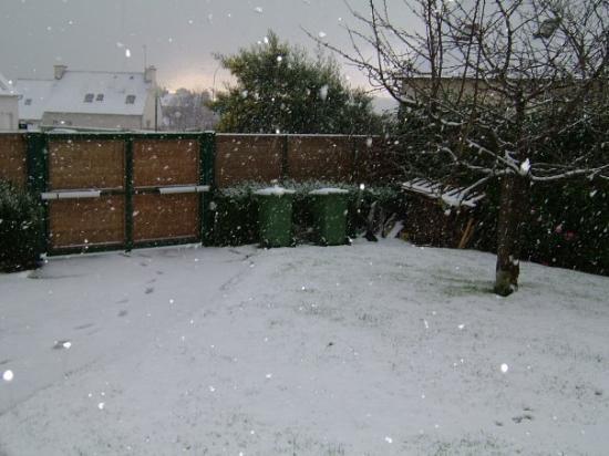 Binic, Frankrike: neige dans mon jardin !