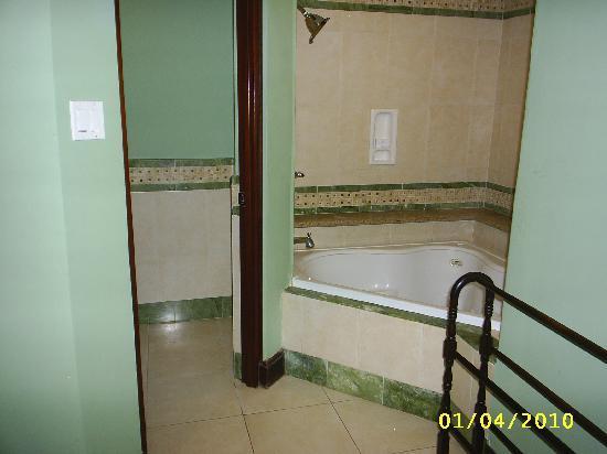Sandals Royal Caribbean Resort and Private Island: bathtub/shower