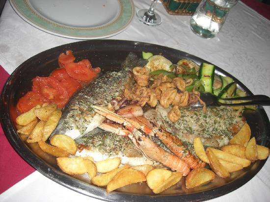 Konoba Pupo: This platter consists of 2 seabass, 2 seabream, grilled squids, fried squids, scampi, vegs & tas