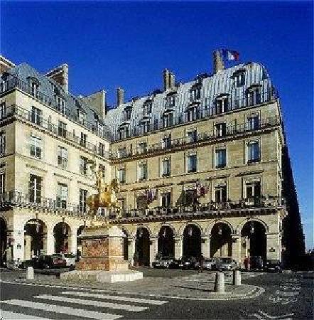 Hôtel Régina Louvre: outside hotel