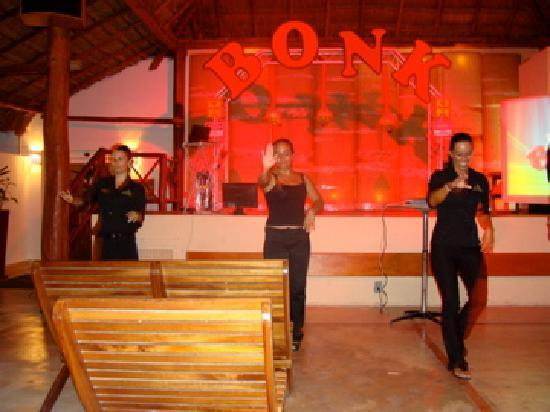 Sensimar Resort Riviera Maya: entertaining staff