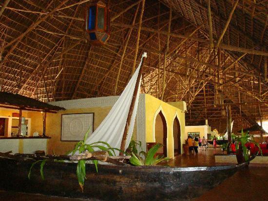 VOI Kiwengwa Resort: sostegni tetto makuti zona bar- hall