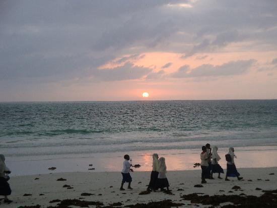 VOI Kiwengwa Resort: ore 6.15 scolari vanno a scuola percorrendo la spiaggia
