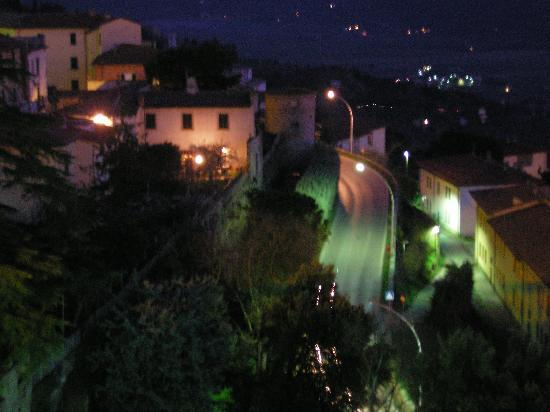 Le Gelosie Bed and Breakfast and Apartments: Night View of Cortona