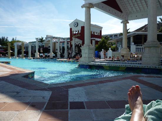 Sandals Royal Bahamian Spa Resort & Offshore Island: A bar step away!