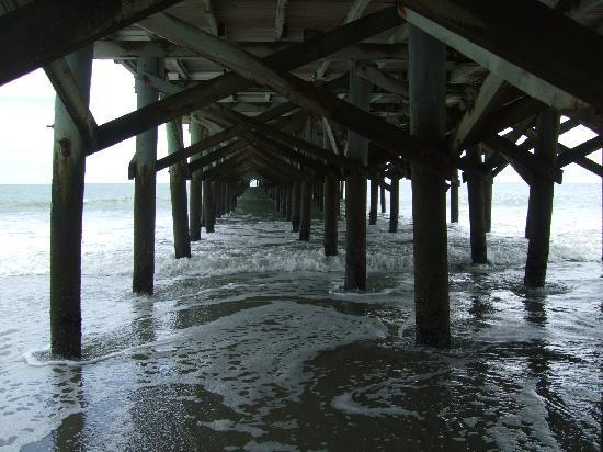 Compass Cove Oceanfront Resort: One of the piers down from Compass Cove Resort near Damon's Grill