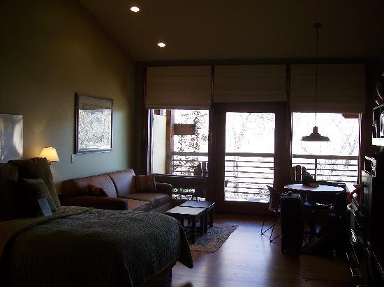 Desert Pearl Inn: Lots of windows and the blinds work great!