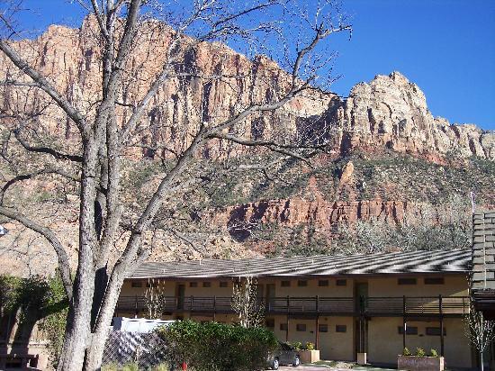 Desert Pearl Inn: Beautiful view behind the Inn over the river.