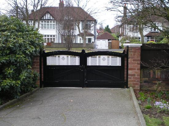 Mendips - John Lennon Home: front drive and front gate