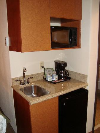Holiday Inn Express Hotel & Suites Las Cruces: kitchen like area