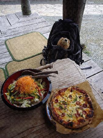 Kajinho: ピザ(小)とサラダ(500円)。食べ切れなければ持ち帰りも出来ます。