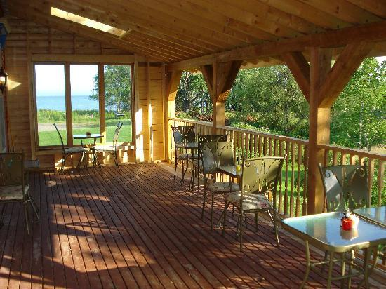 Salmon River B and B Ltd: Patio dining area, with view of the ocean