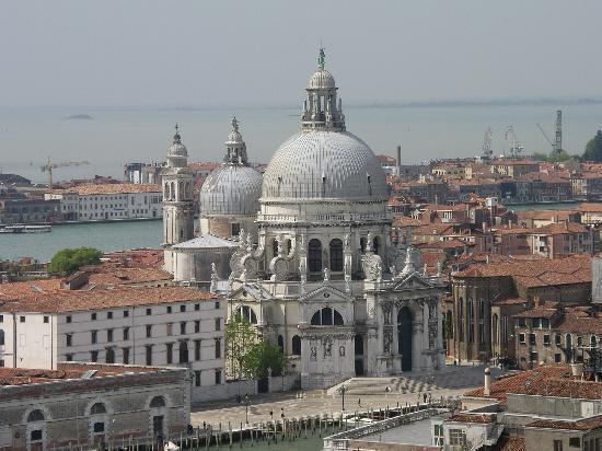 Basilica di Santa Maria della Salute: 鐘楼から見たサンタ・マリア・デッラ・サルーテ教会