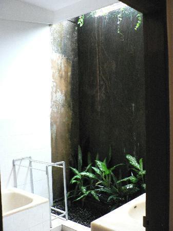 Sri Ratih Cottages: Garden Bathroom