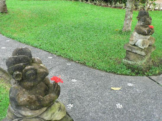 Sri Ratih Cottages: Statues in the Morning