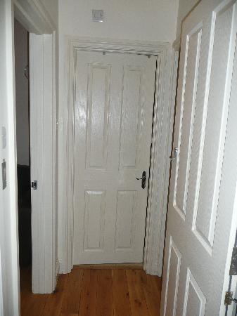 Vista dalla porta d\'ingresso dell\'appartamento (dx -> cucina, sx ...