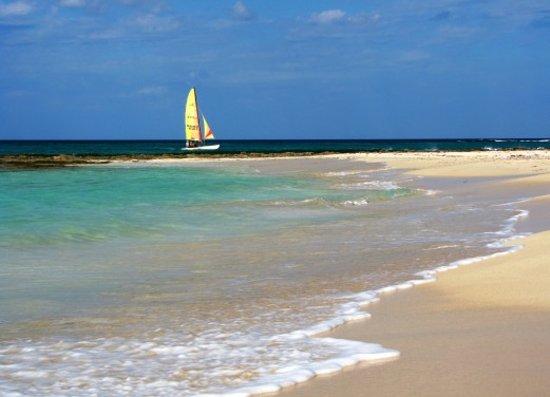 Jibacoa, Cuba : Sailboat off Cuban campground beach