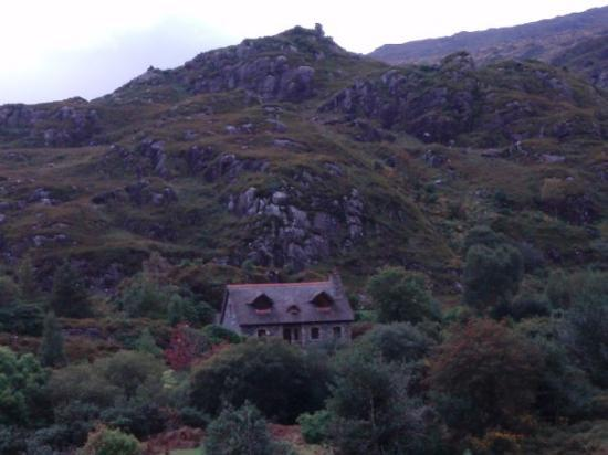 Killarney, Irland: A cottage.  What a beautiful view.