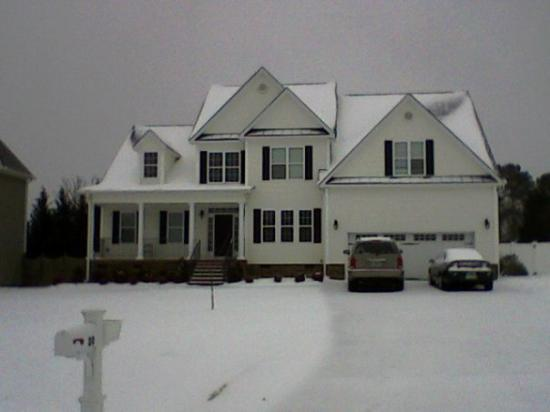 Garner, NC: The front of the house covered in snow!!!