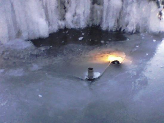 Garner, Северная Каролина: This is one of the lights in the fountain that is frozen...the light is on...