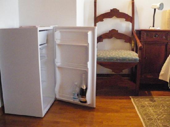 B&B La Casa di Paolo: Fridge in the bedroom