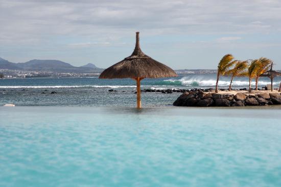 InterContinental Mauritius Resort Balaclava Fort: Poolside view of the Ocean
