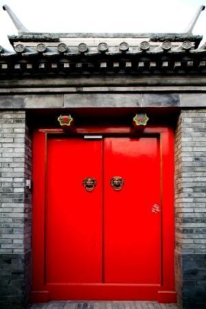 Peking Garden Boutique Hotel: Traditional Gate to Fish Inn