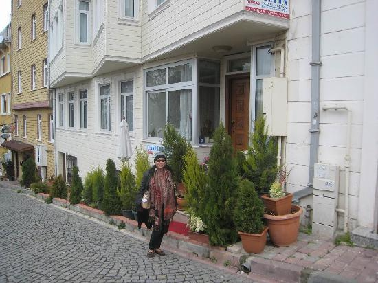 Ada Hotel Istanbul: It is easy to miss the narrow front of the hotel