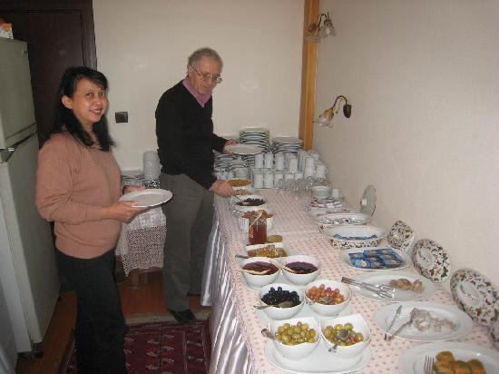 Ada Hotel Istanbul: Dr. Dogan joined us at the very complete breakfast