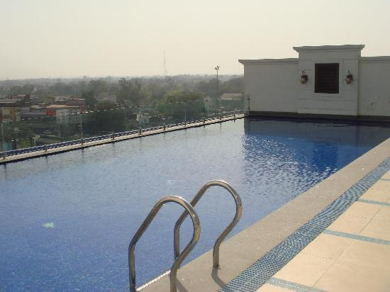 Country Inn & Suites by Radisson, Amritsar, Queens Road: Pool on the terrace