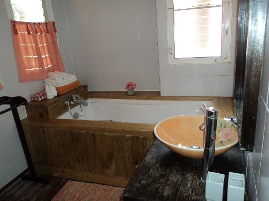 Phra Nang Inn: nice tub