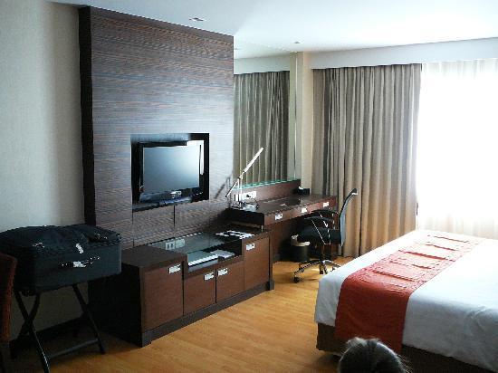 Legacy Suites Sukhumvit by Compass Hospitality: big tv